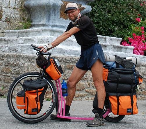 Potkupyöräilijä matkalla